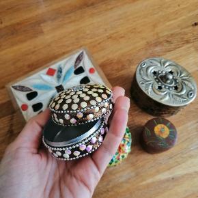 Små fine æsker i metal og skrin i træ til opbevaring af smykker eller andet nips.  Kom gerne med et bud.   På malede blomster, blomstret, perler, palietter, Smykkeskrin, æske