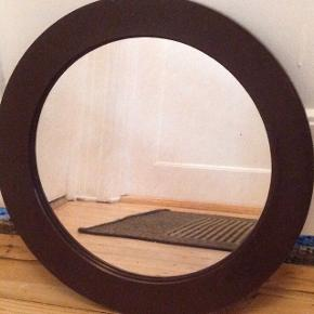 Lille fint retro spejl med ramme i chokoladebrun plast. Spejlet måler 34cm i diameter.