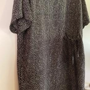 Lækker kjole fra Masai str. L / Str. 44 men passer også til str. XL str. 46 (BiB)  En smuk med fint detalje i taljen, der giver det enkle slank udtryk og feminint touch.   Den let viskose og den løse pasform gør kjolen yderst behagelig at have på.   Meget billigt kjole str. XL/ str. 44 som er meget pænere i virkelighed, kun vasket😊 Aldrig brugt  100% Viscose  Ny pris 699 kr.  Tilbud - 2 kjoler for 350 kr!!!  Kom eventuelt med en realistisk BYD 😊  Hvis du er interreseret i den flot kjole str. XL/ str. L fra Masai som passer perfekt til jakke i str. XL/ str. XXL sender jeg gerne nøjagtige mål og flere fotos, tages ikke retur, pris plus fragt.  Blomster Masai kjole str. XL / str.44 og Masai jakke/ blazer i str. XL Str. XXL/ str. 46,  følger ikke med, men kan tilkøbes.  Mængderabat gives, se også mine tasker, sko og tøjtilbud 😊