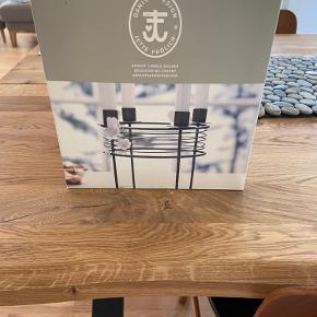 Ny advent/lysestage fra Jette Frølich. I grå lakeret metal og plads til 4 alm eller kronelys .  Designet af Jette Frølich der arbejder på Den Danske Porcelænsfabrik og Georg Jensen.  Hentes i 4293 Dianalund eller køber betaler porto.