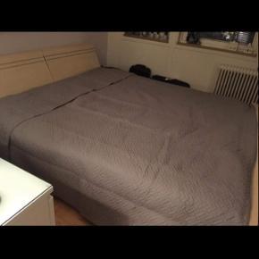 Rigtig flot dobbelt seng med 2 stk enkelte boxmadras hvid farve bred 180cm længe 200cm. høje fra gulvet til senge kant  34cm. Købt før fra danbo Sælges hurtig billig nu 1400kr. Der er ingen ridser ingen pletter osv.  brugt kun 3 år og der er hovedgærdet og har 2 store rum til opbevaring f.eks puder osv. dobbelt Garderobe skal med spejl i og Skydedøre. Bred 227cm høje 223cm. sælges hurtig billig 900kr. Begge er ahorn beige farve og begge er flotter end på billeder I bestemmer selv om vil købe  hele sæt eller hver for sig for min søster i er velkommen forbi og kigge. Skriv eller ring hvis i interesseret
