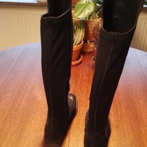 Varetype: Høje sorte støvler, knee high, knæhøje, elastik bagpå, flade Farve: sort Oprindelig købspris: 1299 kr. Størrelse: 36, fitter en 36.  Højde bagpå: 41 Højde foran: 48,5  Materiale: Læder, elastik og gummi under. Mærke: Nome Vægt: 859 gram.   Beskrivelse: Lækre støvler med læder foran, lynlås på indersiden, gummi nedenunder og noget neopren agtigt elastik bagpå. De er i fin stand.   Klik på Køb nu knappen og køb med det samme. Hvis der er mere på min profil du ønsker at købe med, tilføjer du blot det.  Mine annoncer er delt op i kategorier, dvs. alle jeans, jakker, kjoler etc. er samlet på profilen. Scrol og se alle ting i shoppen.