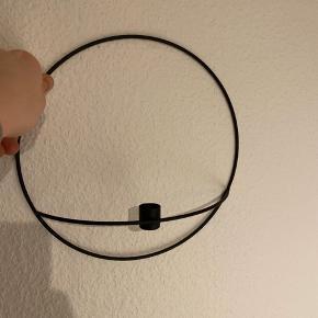 Rigtig fin væghængt lysestage i jern. Ø28,5 BYD!