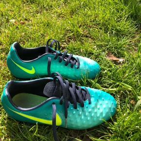 Pige fodboldstøvler str. 36,5 brugt 3 mdr. og benskinner i fin stand