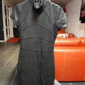 Flot kjole fra nü by staff Luxury, brugt 3 gange, mindstepris 360 pp via MobilePay, sender med dao Kjole (360 kr) Farve: Sort