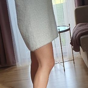 Lang trøje/bluse med rullekrave i str. L Kan bruges som kjole hvis man er str. Xs/s.  Er aldrig blevet brugt.  Hvis i har andre spørgsmål er i velkommen til at skrive :)