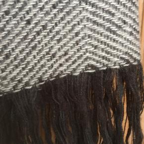 Flot stort halstørklæde fra Pieces i 100% akryl.  Brugt 1 gang og fremstår derfor som nyt.