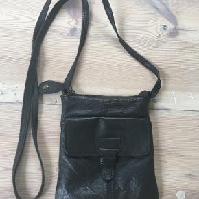 Sort læder crossover taske fra Pieces. Den måler 13x16 cm. Den fejler ingenting. Bytter ikke. Sælges for 150 kr. Se også mine andre annoncer!!!