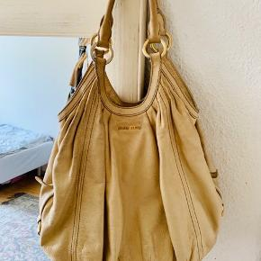 Sælger denne ægte Miu Miu taske. Den er i super god stand indvendigt, men der er desværre kommet noget sort på bagsiden af tasken som ikke kan komme af. Udover det fejler tasken ikke noget☺️