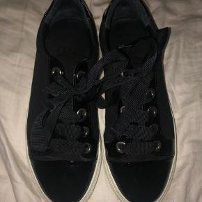 Hej jeg sælger disse sorte billi bi sko. De er næsten ikke brugt og er derfor i god stand. Np 1099kr Byd gerne;)