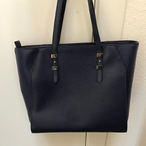 Model: Gia Tote Den har kun været brugt én gang og har ingen tegn på slid/brug. Dustbag medfølger. Mål: B38, D15, H28