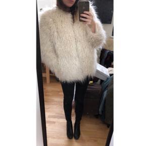 Fin jakke fra H&M, brugt max 2 gange så den fremstår helt som ny! :) str M. Np: 300kr.