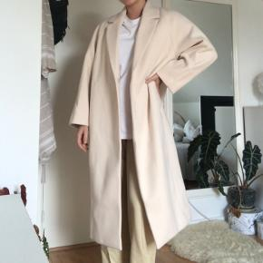 Frakke i vævet kvalitet(100% polyester), som går til midt på læggen. Frakken har krave og revers samt skjulte trykknapper foran. Diskrete lommer i sidesømmen. Lange, forholdvis vide raglanærmer, med for. Fejlkøb. Så kom gerne med en bud :)) Cond: 10/10