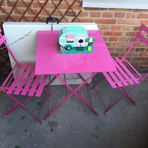 Havemøbelsæt havemøbler altan møbler pink bord stole hvid plet på bordet små rust nypris 750 klapstole