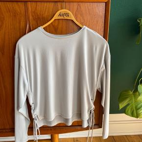 Næsten ny trøje fra Zara. Der er nogle bindebånd på siden. Der er en meget lille plet, som det også ses på billedet - dog tænker jeg at det kan gå af i vask.