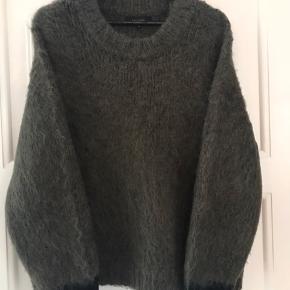 Vamset varm sweater i mørkegrøn farve med sorte ærmespidser. Fremstår som ny. Ikke vasket. 40% alpaca og 60% acryl Ingen bytte Fast pris ex lev.