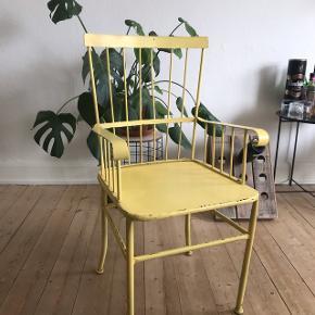 Retro gul stol  Købt i vintagebutik i Nørresundby  NP: 500  BYD  Har et lille fejl bagpå