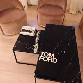 Bolia Varetype: Sofabord Størrelse: 120 x 60 cm Farve: Sort Prisen angivet er inklusiv forsendelse.  Como Sofaborde fra Bolia i smukkeste sort marmor med sort stel. Tidløs og fantastisk flot!  2 borde haves: se mine andre annoncer    Como Sofabord 60x60 lille - Marmor Designet af Glismand & Rüdiger Nypris 6.399 kr.  Sælges for kun 3000kr  - det er helt nyt!    Como Sofabord 60x120 medium - Marmor Designet af Glismand & Rüdiger Nypris 11.749 kr.  Sælges for kun 6500kr!  Køb begge for 9000kr  Vis os den sofa, som Como ikke passer til! Enkelhed og elegance og et hav af forskellige materialer og størrelser giver det perfekte sofabord med en attraktiv kombination af skandinavisk design og dansk håndværk. Værsgo at vælge et – eller to?
