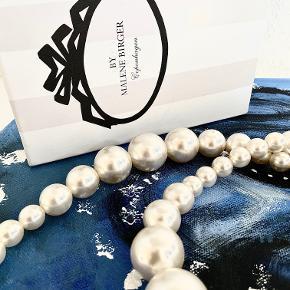 Smuk By Malene Birger - halskæde med perler. Kæden måler ca. 120 cm og kan bruges som lang eller to eller flere gange om halsen, alt efter hvordan du ønsker at style den. Den største perle måler ca. 2,5 cm i diameter og den mindste 1 cm. Aldrig brugt - kommer med tilhørende kasse.  Sælger billigt ud, da jeg står overfor en flytning!