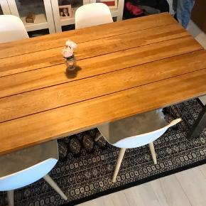 Næsten ny spisebord inkl. 4 nye stole skal sælges. Bordet har ingen brugesspor. Bordet kostede 8.000 kr. for halvanden år siden.  Bordet måler 200x95 cm Kan også laveres i  stor Københavns område med prisen. Bordet er stor nok til 6 stole ,3 stole hver side.