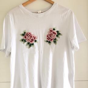 H&M T-shirt med broderier - Str. M