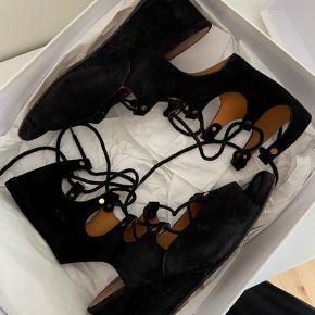 Ruskinds sandaler fra chloé. Købt i kassandra. Brugt lidt og slid i ruskindet, derfor den billige pris!  Mp. 400 pp   Mødes ikke og handler