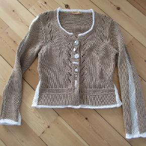 Smuk Piro cardigan / bluse med masser af fine detaljer. Str. L. Næsten som ny.