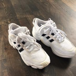 Skoen er brugt en gang, nypris var 1000kr og de sælges derfor ikke for under 500kr.