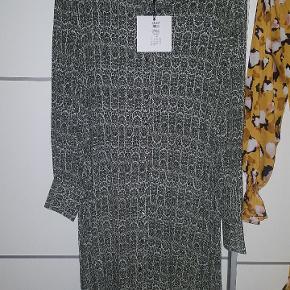 Grøn oversize  Object kjole med små guldknapper