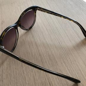 Flotte solbriller fra Marc Jacobs - ingen mærker eller ridser på brillerne, lidt mærker på etui. Klud medfølger  Kan afhentes i Søborg / Dyssegård