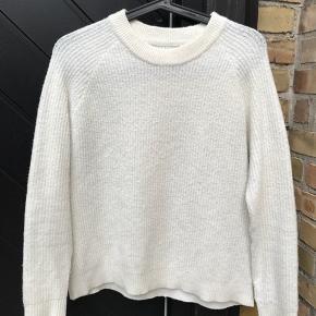 Jeg sælger min fine sweater fra Envii. Nyprisen var 450 kr. Den fremstår næsten som ny, da den kun er brugt få gange.