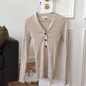 Populær bluse fra hm str. Xs. Brugt 3 gange. Ved køb af flere ting sælges til en samlet (billigere) pris.