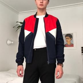 Nice bumper jacket by Tommy Hilfiger for sale! Original price was 2000kr. Great for summer. Light but keeps you warm.