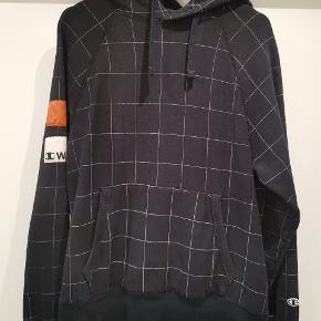 Sælger denne hoodie da den er blevet for lille. Den er fra Wood Wood x champion 2016 kollektionen. Jeg har både tags og kvittering på den Ny pris: 1200,-