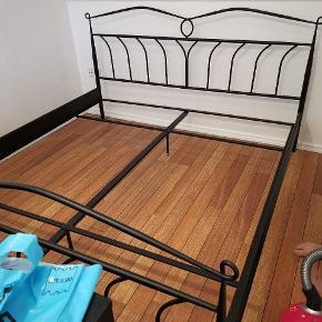 Sort sengestel til boksmadrasser Sælges. Passer til 2 gange 90x200. Købt fra ny fra 2 år siden. Fint og velfungerende.