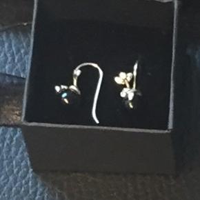 Super flotte øreringe i ægte sølv med sort kugle.  Str. 2 cm.  Bytter desværre ik. Ny pris 700kr