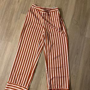 Fede bukser der sidder så fint. Straight i benene, og maks brugt 5 gange
