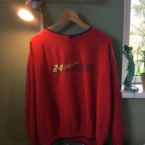 Fed vintage nascar sweater, med blåt og gult logo, og blå kant ved kraven, bunden og ærmerne. Købt brugt, men ingen huller eller pletter, udover et lille riv/flosset sted ved kraven(se billede 3)
