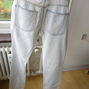 Et par Acne jeans, model max bleach blond, str. 31/34. Pga. Behandling af buksen, blegning og præparering, fremkommer modellen med naturlig slid og derfor har buksen en kortere levetid. Se evt. Sidste billede hvor stoffet givet sig i skridtet.