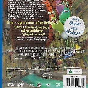 2438 - Skyllet væk (DVD)  Dansk Tale - I FOLIE    Flushed Away Rotten Roddy lever en privilegeret tilværelse som kæledyr hos en velhavende familie i Kensington, London. Men det er et gyldent bur. Hvilke andre udfordringer og glæder livet byder på, finder han først ud af, da han bliver skyllet ud i toilettet og ender i det underjordiske London blandt sine mindre privilegerede artsfæller – samt en masse snegle med smag for flerstemmige popsange.      Hernede møder han den søde, men enerådige Rita, som han hyrer til at føre sig hjem igen. Sammen må de også undslippe underverdenens selvudnævnte forbryderkonge, Tudsen, der snart sender både sine håndgangne rotter og sin berygtede franske fætter, Le Frø, efter dem. Er der mon lys for enden af kloakken?  Skyllet væk er produceret af Aardman Studios, der jo er kendt for deres clay-mation film om Wallace & Gromit, og selv om stilen ganske vist ligner studiets forrige film, er der denne gang tale om meget flot computeranimation. Tekst fra pressemateriale