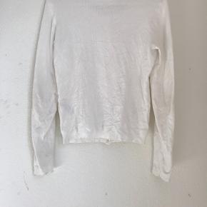 Smuk hvid enkel cardigan med knapper foran