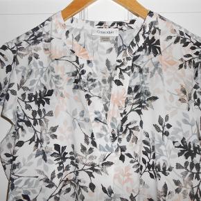Flot bluse fra Calvin Klein Brystmål 100 cm Længde 60 cm Som ny!
