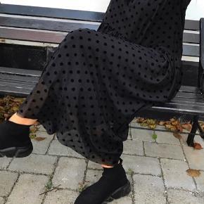 Aldrig brugt, stadig med mærke. Prikket nederdel i mesh fra Maché Cph. Prikker i velour og elastikbånd i taljen.   Mindstepris 150 plus porto eller afhentet på Nørrebro.