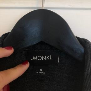 Sort denim jakke, jakken er vasket og derfor har den også fået et brugstegn af det