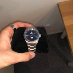 Hej, sælger dette stilrene ur, designet af Kevin Magnussen. Dette ur er klart et kvalitetsur i forhold til den pris Diameter på urskive er 36 Der følger 2 ekstra led med når man køber Jeg har alt og udover kvittering, som også kan ses på billederne Hvis du har andre spørgsmål så fyr en pb😀 God dag