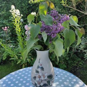Bing og Grøndahl, bærbusk i blomst, 25,5 cm høj. Pæn og hel. Lille næsten usynlig hårrevne ved hals. Byd 💙