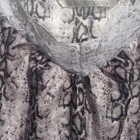 Lækker Custommade top i snake print ... Max brugt 3 gange ..  Brystmål: ca 53cm x 2 Hoftemål: ca 60cm x2