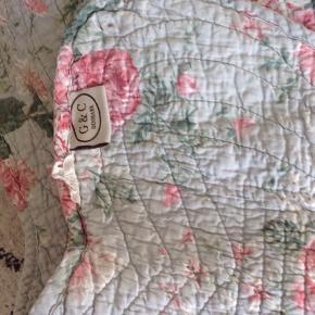 Skønt vintage vattæppe med pudebetræk.  220 x140. Og de firkantede betræk passer puder 50x50.