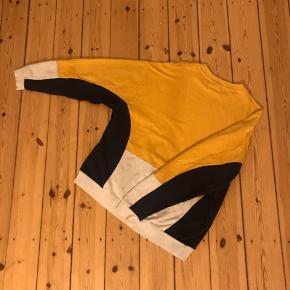 Fed sweatshirt fra Asos i medium. Flot gul farve og mega fed til et par sorte jeans 🌼