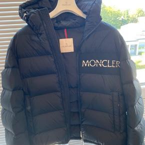 Moncler Aiton Str 5 - passer Large og en lille XL Cond 9/10 - ikke brugt meget Kvittering har jeg på billede Købt i Januar i år